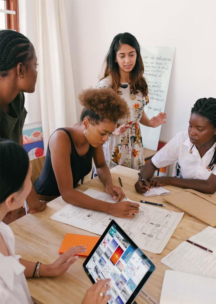 Imagen de mujeres trabajando sobre un proyecto